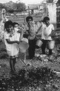 В других культурах дети работают не покладая рук и помогают семье. Эти дети из племени майя носят воду, работают в поле и заботятся о других детях.